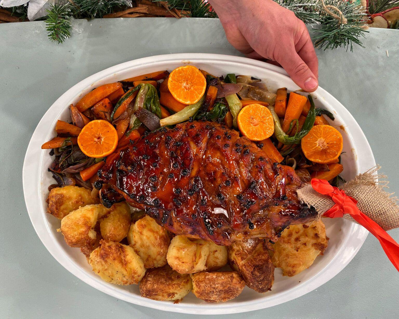 Χριστουγεννιάτικο Γλασαρισμένο Χοιρινό Μπούτι με Ψητές  Πατάτες & Λαχανικά
