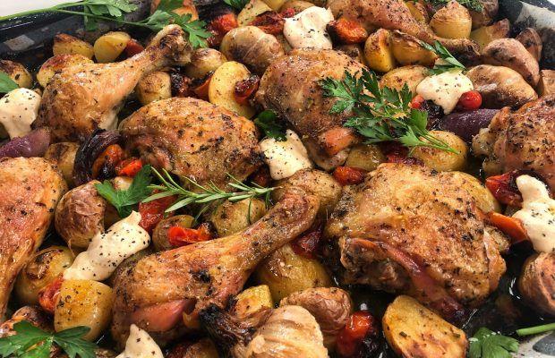 Αρωματικό κοτόπουλο με πατάτες και σάλτσα γιαουρτιού