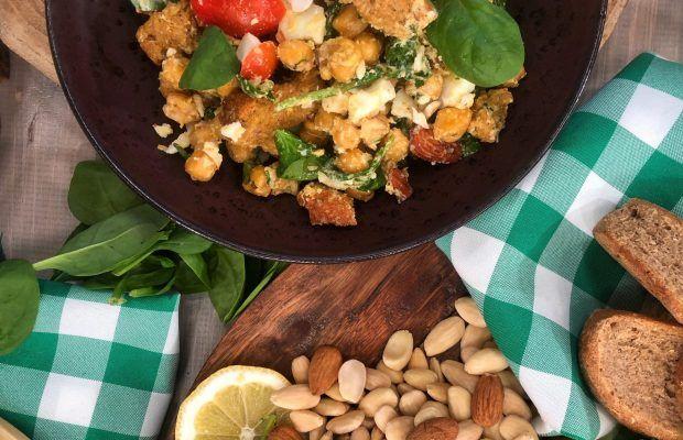 Θρεπτική αρωματική σαλάτα με ρεβύθια, αμύγδαλο και σπανάκι