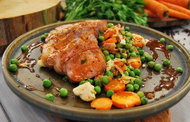 Καραμελωμένες  χοιρινές μπριζόλες  με γαρνιτούρα λαχανικών
