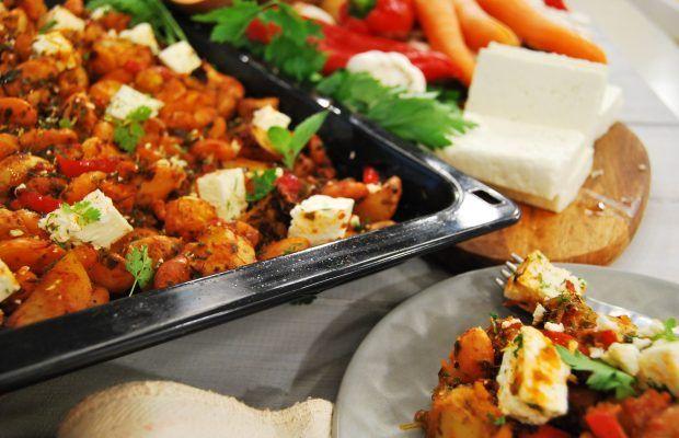 Φασόλια φούρνου με λαχανικά, φέτα και μυρωδικά