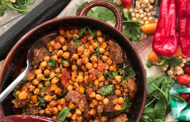 Ρεβύθια με Κρέας και Λαχανικά στη Γάστρα