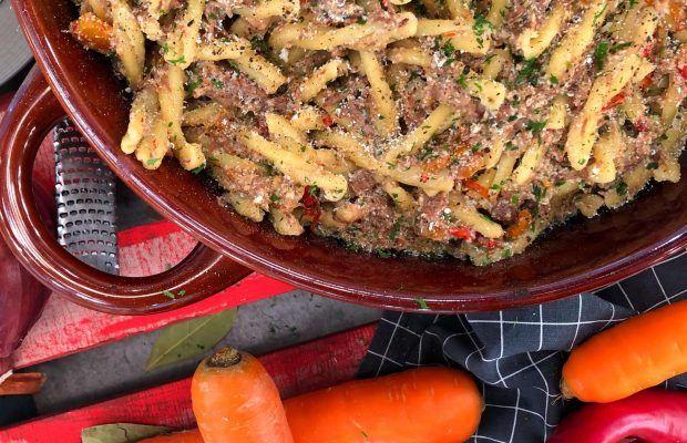 Μοσχαράκι με ζυμαρικά και λαχανικά στη γάστρα