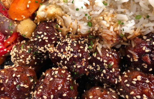 Γλασαρισμένοι κεφτέδες με ψητά λαχανικά και ρύζι