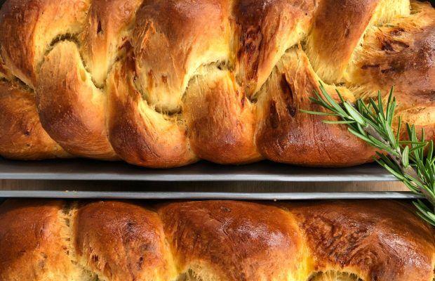 Αλμυρό Ψωμί Μπριός με Γραβιέρα και Δενδρολίβανο