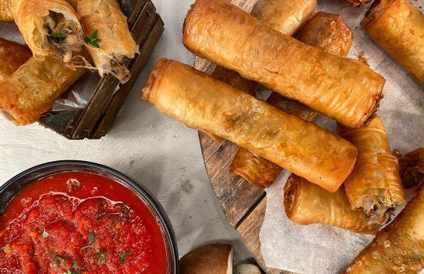 Τραγανές Φλογέρες Μανιταριών με Σαλάμι και Κόκκινη Σάλτσα