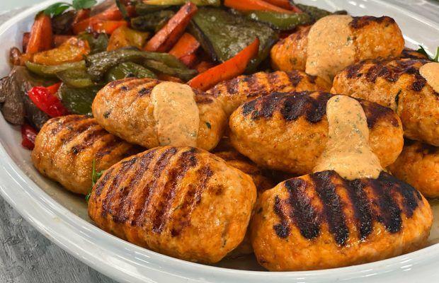 Μπιφτέκια Γαλοπούλας με Ψητά Λαχανικά και Σάλτσα Γιαουρτιού