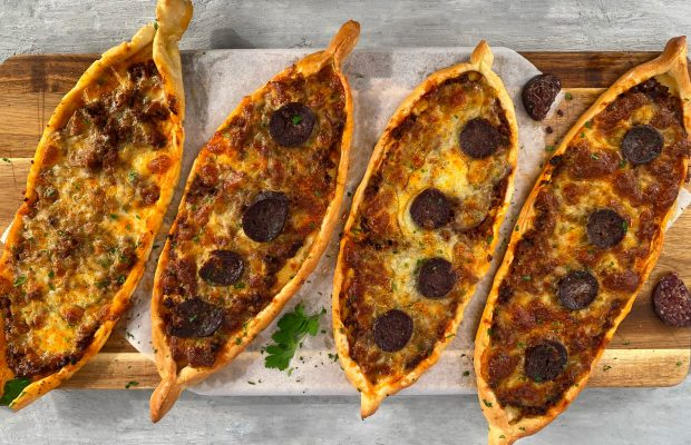 Τραγανά Πεϊνιρλί με Κιμά και Τυρί