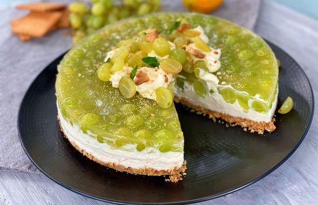 150 γρ. μπισκότα τύπου πτι-μπερ 80 γρ. βούτυρο (λιωμένο) 450 γρ. φυτική κρέμα 20% λιπαρά 300 γρ. τυρί κρέμα 100 γρ. άχνη ζάχαρη 5 μικρά φύλλα ζελατίνης 1 κιλό σταφύλια πράσινα χωρίς κουκούτσι 60 γρ. ζάχαρη χυμό από μισό λεμόνι