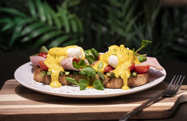 Αυγά Ποσε με Σάλτσα Bernaise, Καπνιστό Χοιρινό και Σπαράγγια